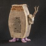 'Feet on the ground' - 44x18x51 cm, keramische assemblage object