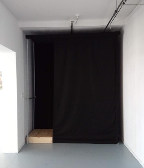 'Drasland' is een zintuiglijke installatie om een beeld van  drasland op te roepen in een ruimte zonder licht en kleur, maar met een zompige bodem, een zuchtje wind, een lichte geur en een overvloed aan natuurgeluiden.